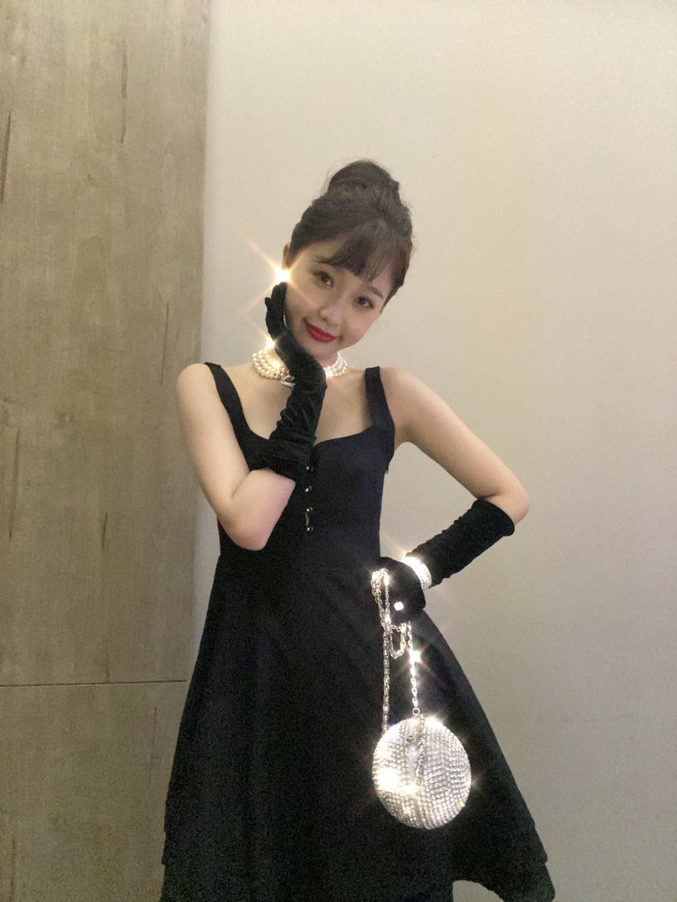 虞书欣穿小黑裙复古优雅 钻石包配丝绒手套俏皮可爱