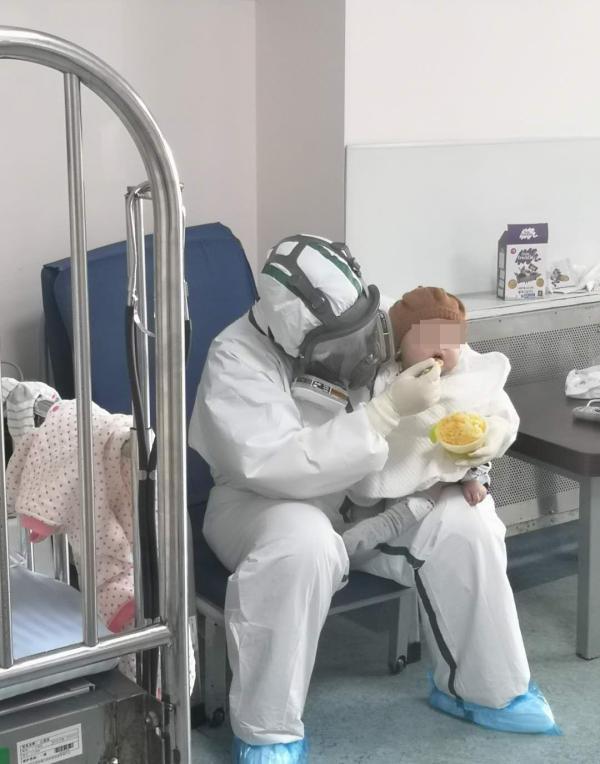 上海最小新冠肺炎患儿出院,她在医院的17天是怎么过的