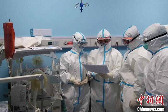 武汉17天大新冠肺炎患儿康复出院