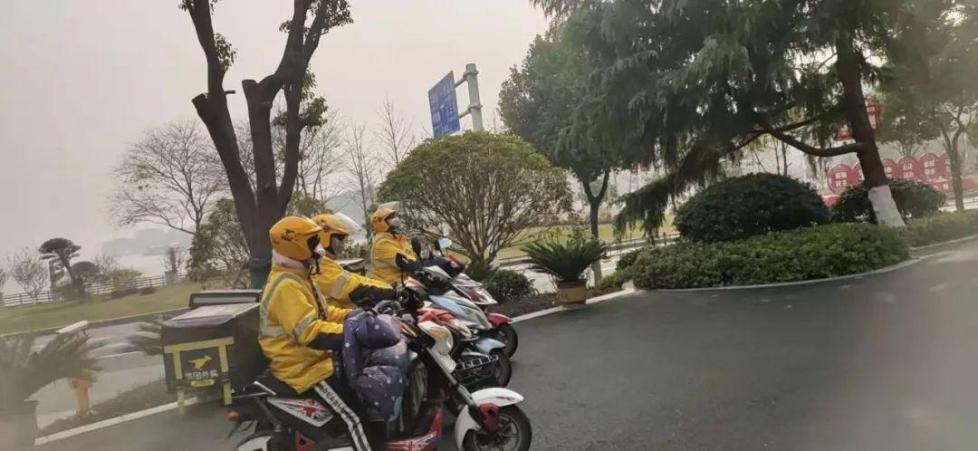 女骑手瞒着家人留守武汉为医护人员义务送餐