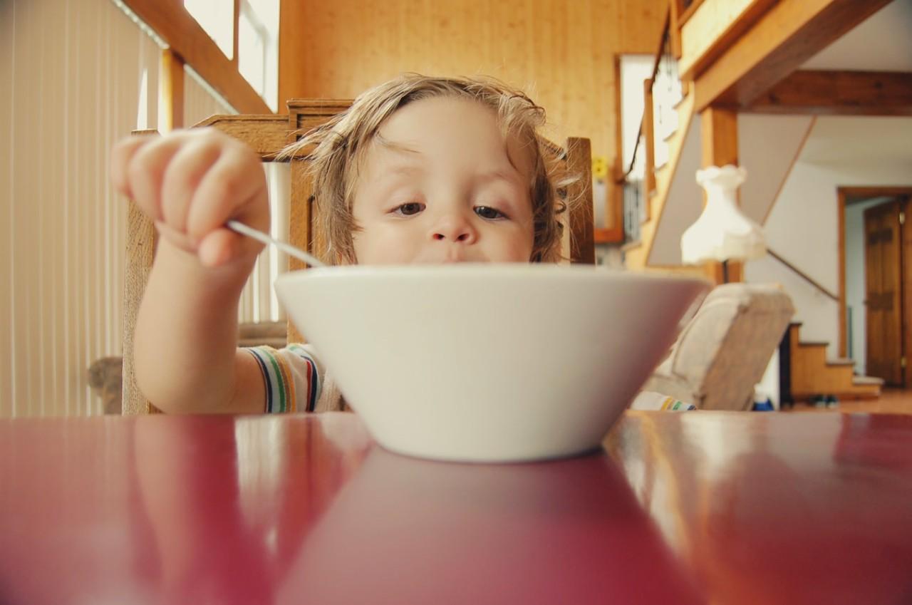 独自吃饭VS与人共餐,你的食量有什么变化?日本科学家做了一个实验