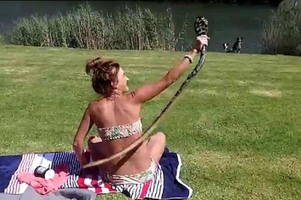 女汉子!南非一泳装美女徒手擒眼镜蛇