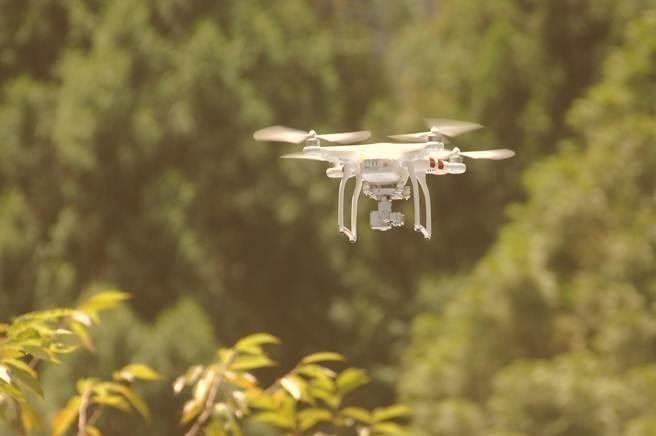 无人机频闯机场惹祸 台防务部门负责人:不用请示上级 可直接击落