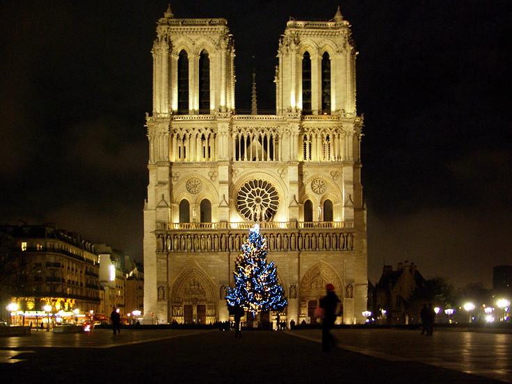 巴黎圣母院上空飞无人机 一名中国游客被法国警方逮捕