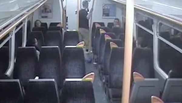 英醉酒暴徒列车上疯狂袭击乘客乘警获刑20个月
