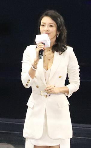 章子怡出席活动穿白西装身材火辣