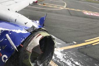 客机空中引擎爆炸 女乘客半个身子被吸出窗外