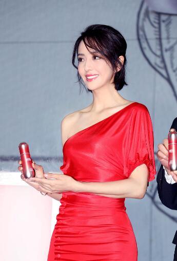 佟丽娅一袭斜肩红裙露迷人锁骨 优雅摆pose