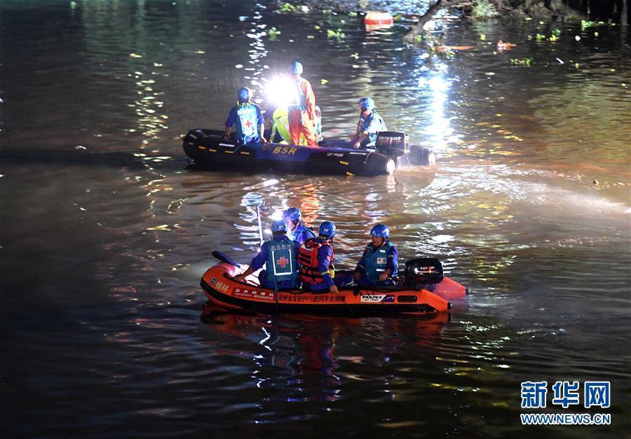 广西桂林桃花江两艘龙舟翻船17人遇难