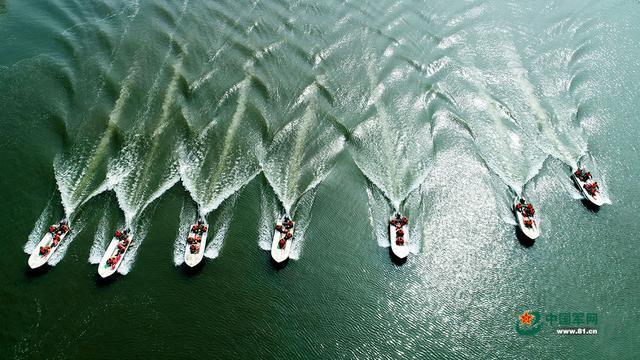 航拍水上演练 汛期备战超带感