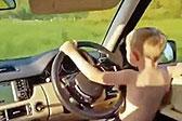 英4岁男童开越野车 驾驶技术娴熟