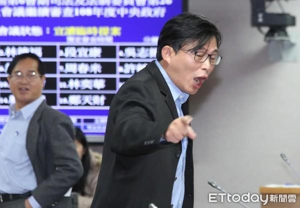 """""""台独""""政党内讧!秘书长辞职还对前党主席""""删好友"""""""