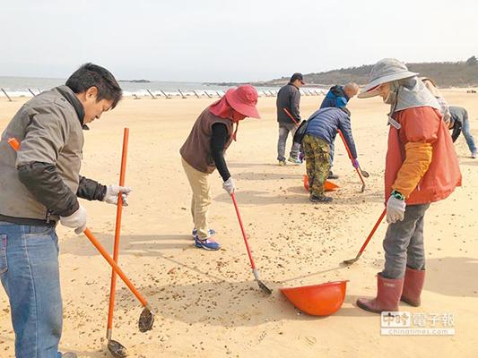 金门海滩发现大量重油泥块 疑似船只偷排废油