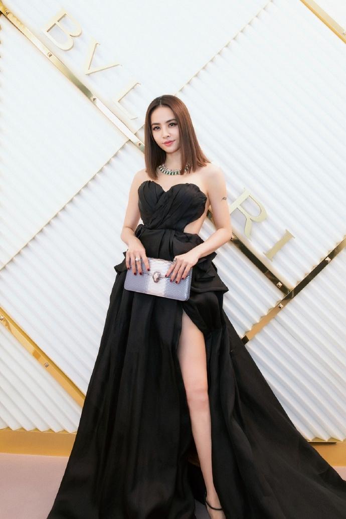 蔡依林穿高开叉礼服大秀事业线 服装设计师身份曝光
