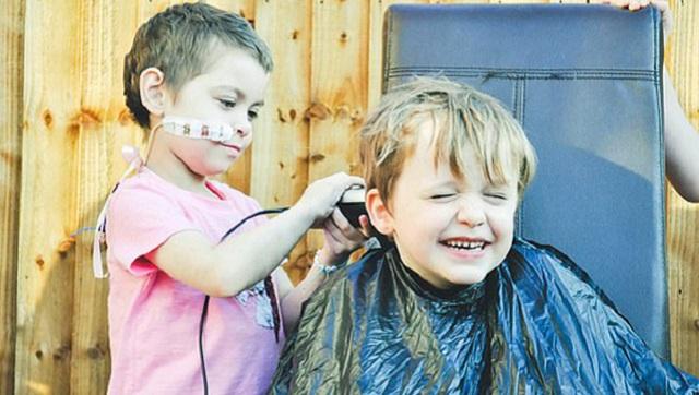 英6岁男童为助好友赴美治癌 让其剪掉他的头发筹款