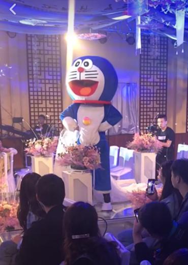 """""""毁容父亲在女儿婚礼上扮演哆啦A梦"""