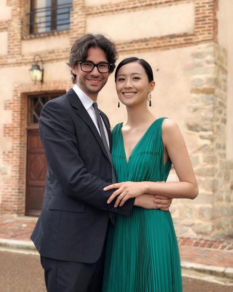 陈法拉与外籍老公参加家人婚礼